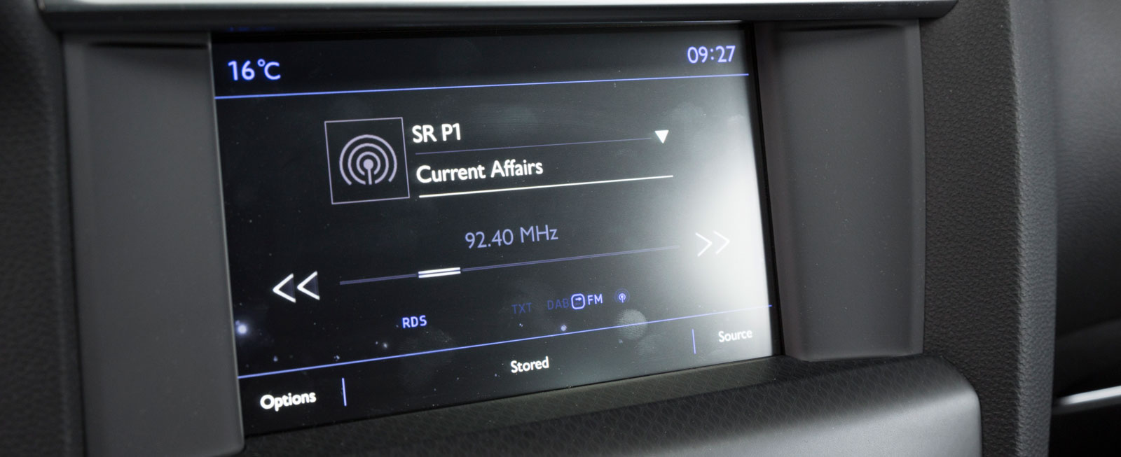 DS 4-systemet sköts med en kombination av pekfinger och knappar/ratt nedanför skärmen. Grafiken är något tydligare än Hondas.