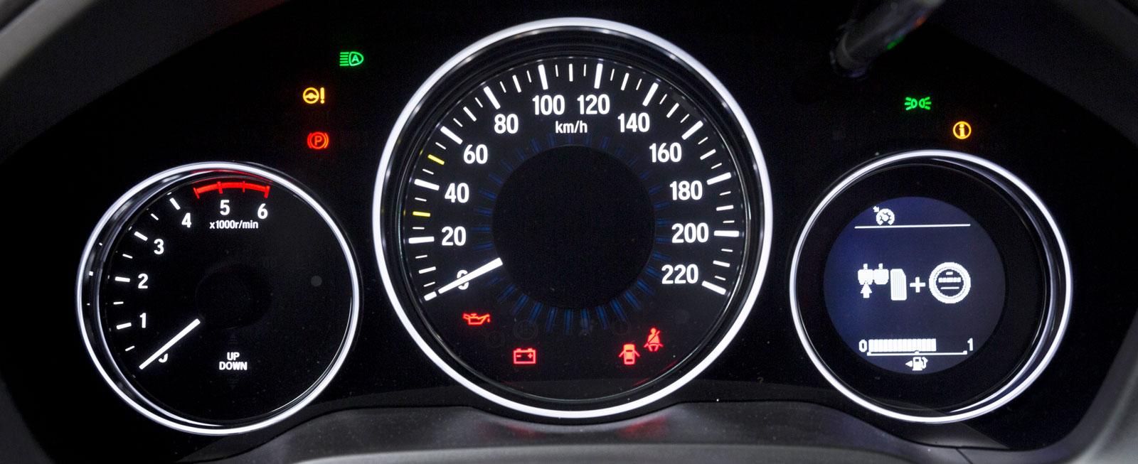 """Stor och supertydlig hastighetsmätare, vars omgivande ring färgas grön när man kör i """"Ecoläge""""."""