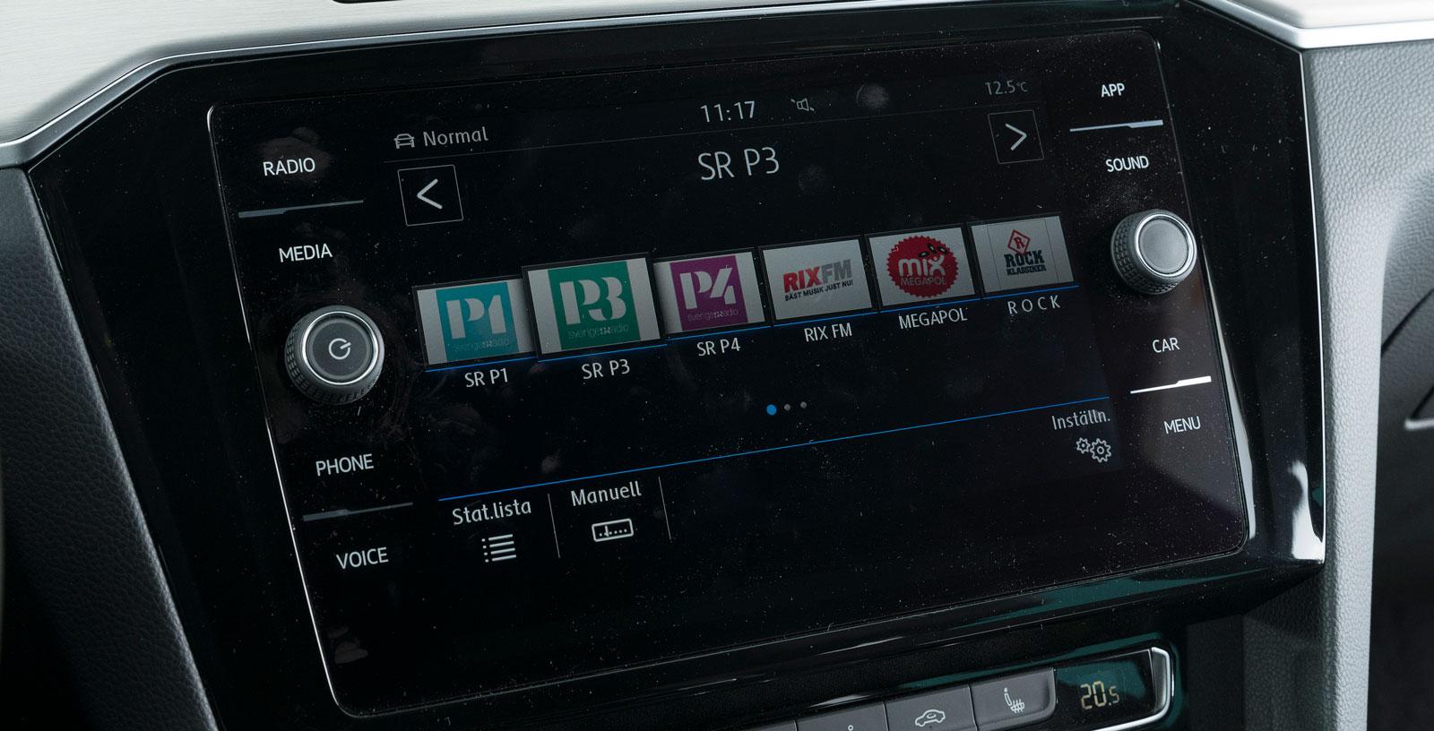"""Volvos skärm är tydlig och enkel att sköta när man väl vant sig vid menyordningen. Åtskilliga funktioner kan """"möbleras om"""" efter förarens önskemål."""