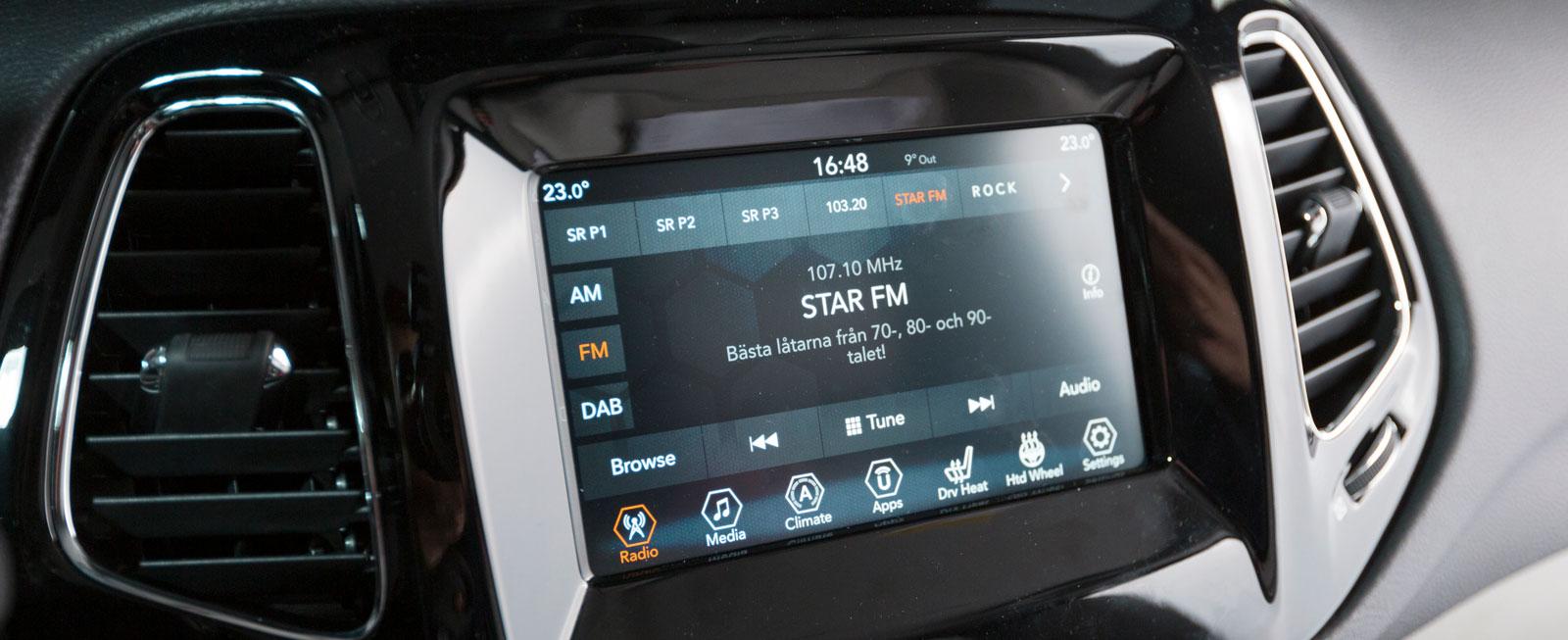 Jeeps skärm är testets minsta och systemet är pilligt att hantera under körning. Det tar också en stund att komma underfund med  funktionerna. Logiken är inte helt på topp!