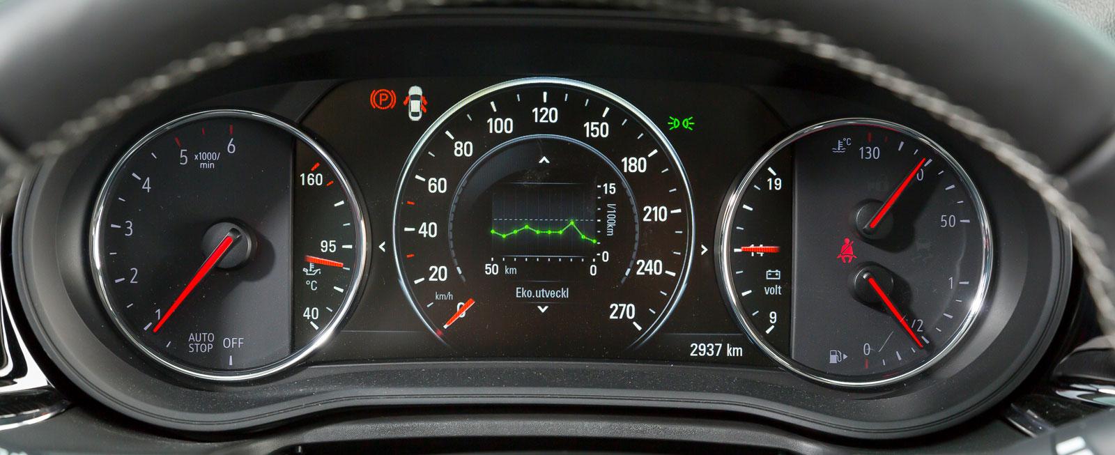 Mätarna i Opels instrumentkluster är både många, snygga och lätt retro-inspirerade. Såväl laddning som olje- och vattentemperatur visas på klassiskt vis. När såg man det sist?