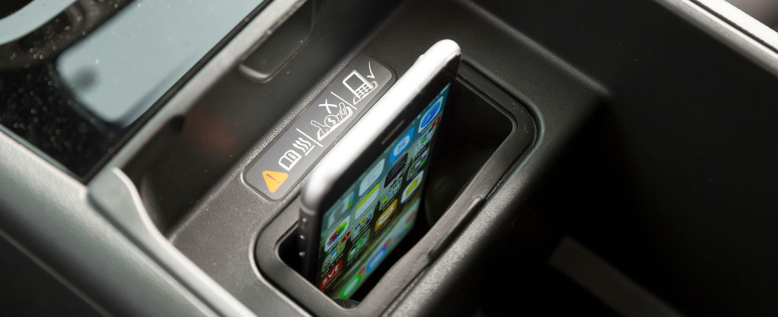 I ett specialfack mellan framstolarna kan telefonen både förvaras och laddas induktivt. Finessen är tillval för 900 kr.