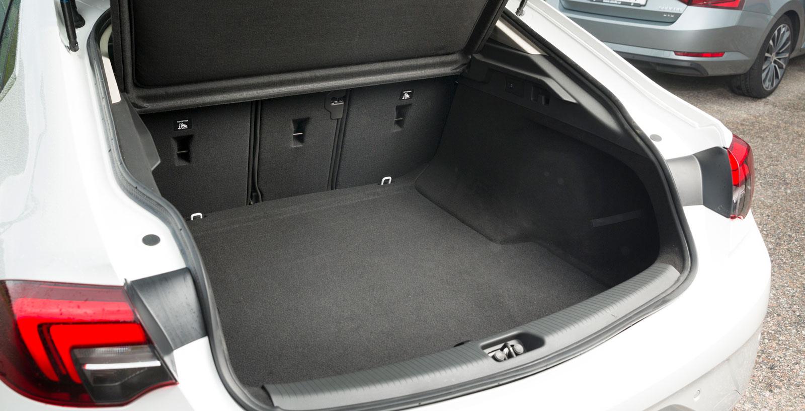 Insignias lasttröskel är irriterande hög (76 cm) och bagagekapaciteten med uppfällt baksäte är sämst i test. Men flexibiliteten är bra tack vare det tredelade ryggstödet, som dessutom kan fällas elektriskt från lastutrymmet (tillval för 1900 kr). Dubbla kasskrokar och ett 12 V-uttag är standard.