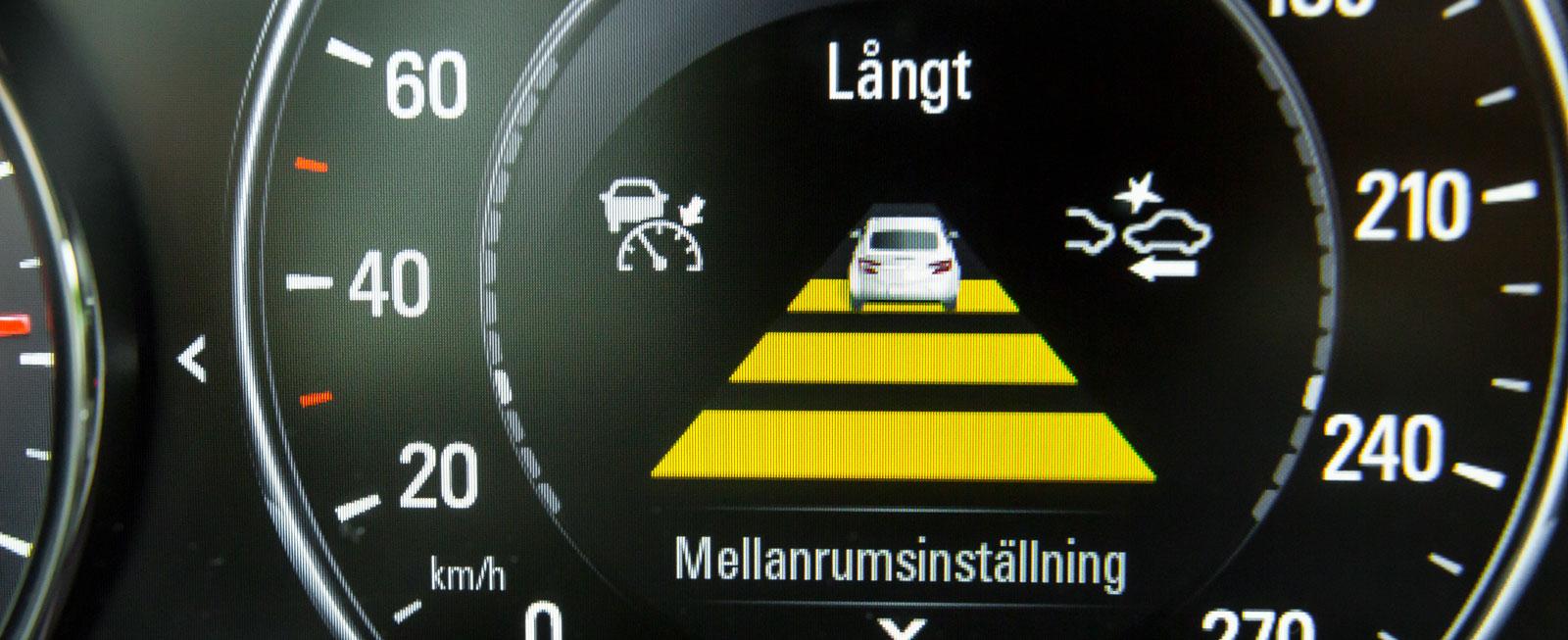 Även den aktiva farthållaren kostar 5900 kr extra. Grafiken är färgglad och tydlig och visas i centrum av hastighetsmätaren.