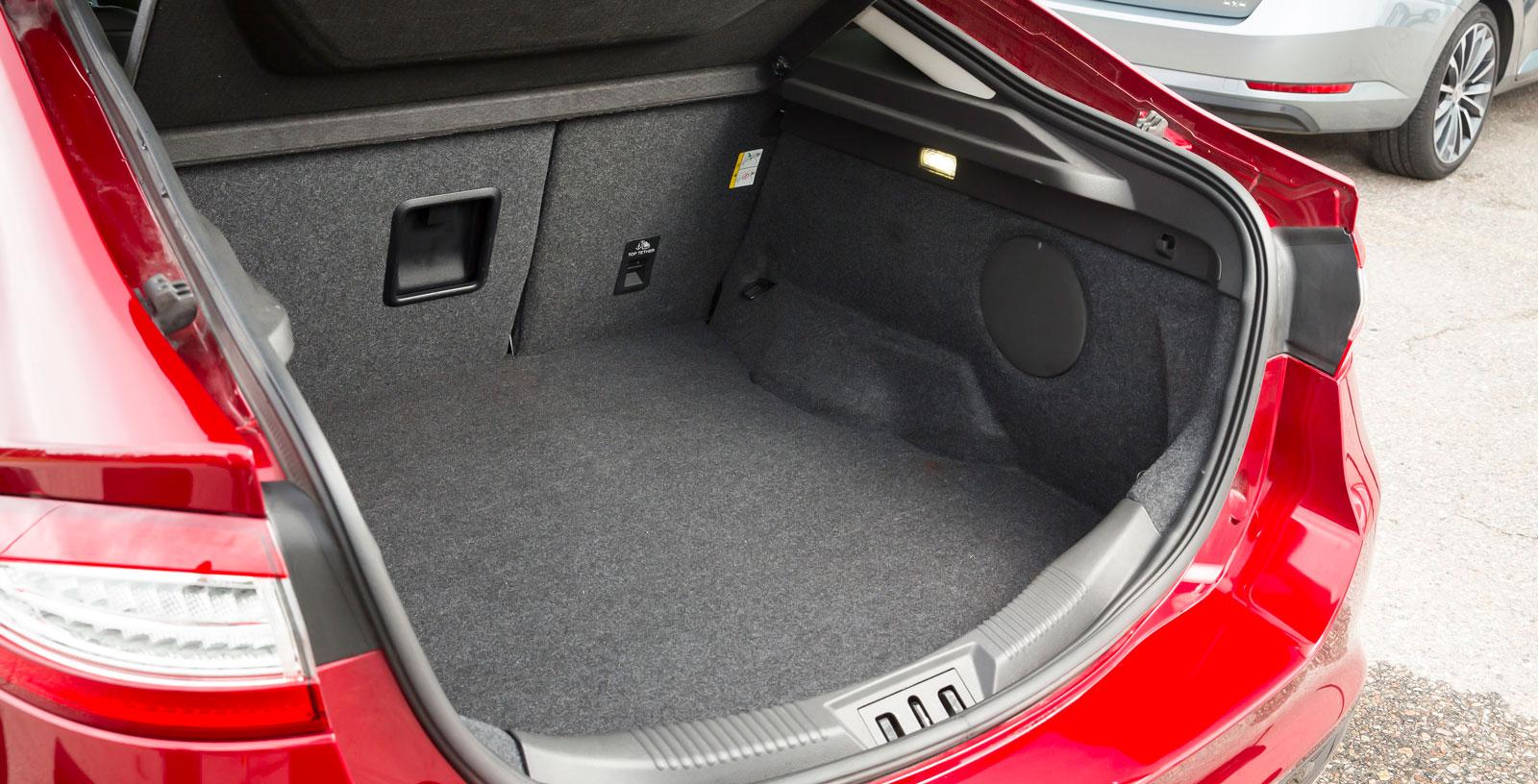 Mondeos bagagerum är testets näst rymligaste. Men det viktiga måttet mellan hjulhusen är skralt och finesserna få, bland annat saknas 12 V-uttag. Ryggstödet är delbart i förhållandet 60/40, men kan inte fällas från lastutrymmet. Under golvet finns prydliga fack för lagningssatsen och diverse småprylar.