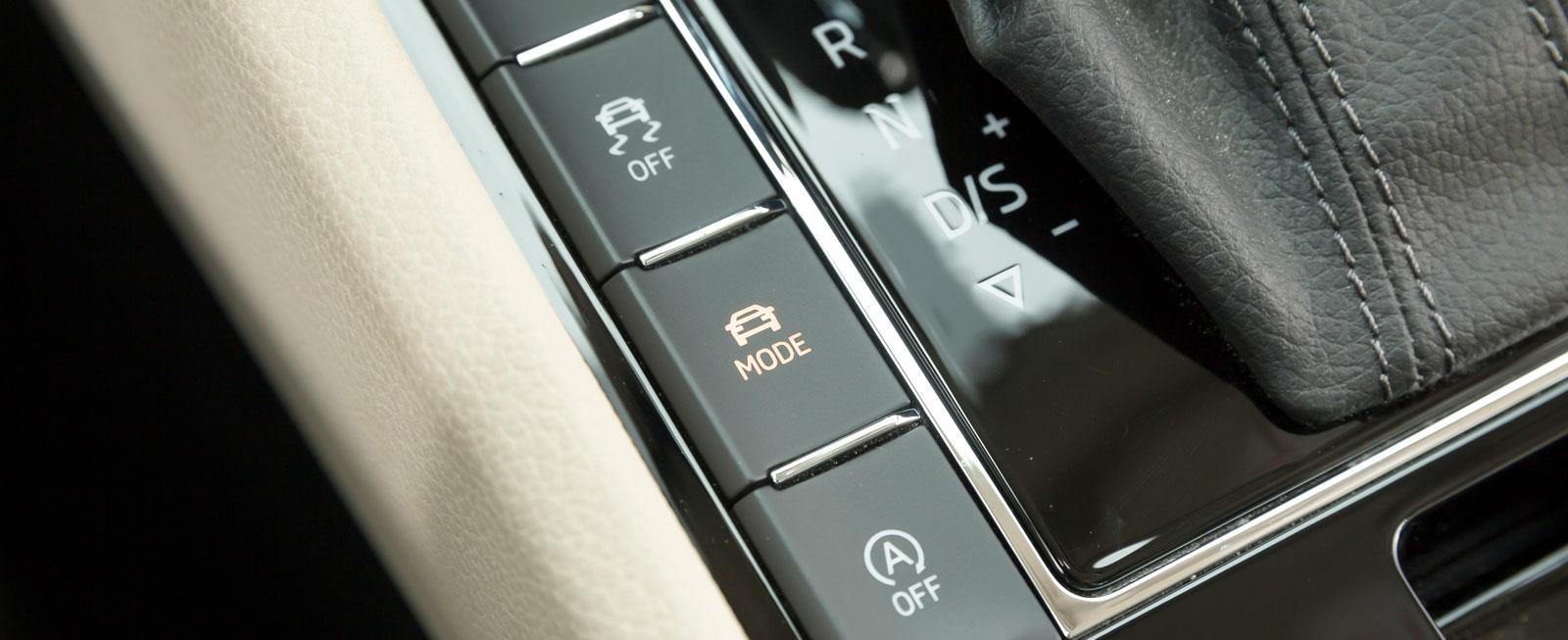 Med Mode-knappen kan föraren välja mellan fyra körprogram: Eco, Normal, Comfort och Sport. Såväl stötdämpning, motor som växellåda ställs om.