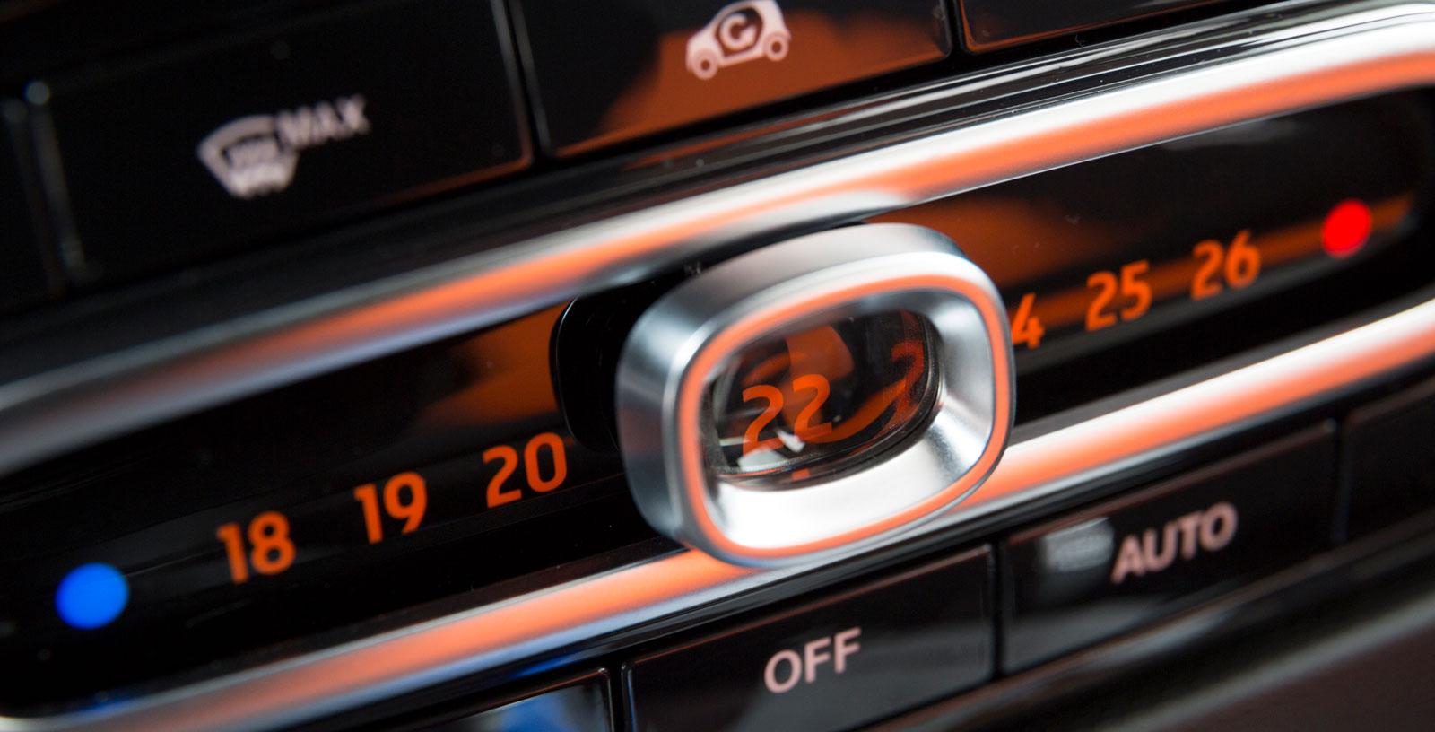 Forfour har ett smart reglage i klimatanläggningen. Skjutreglaget för inställning av temperatur innehåller ett litet förstoringsglas. Klimat- och ljudpaketet i testbilen är ett tillval som kostar 7900 kronor. Men det är en lyx man gärna vill ha också i en liten bil.