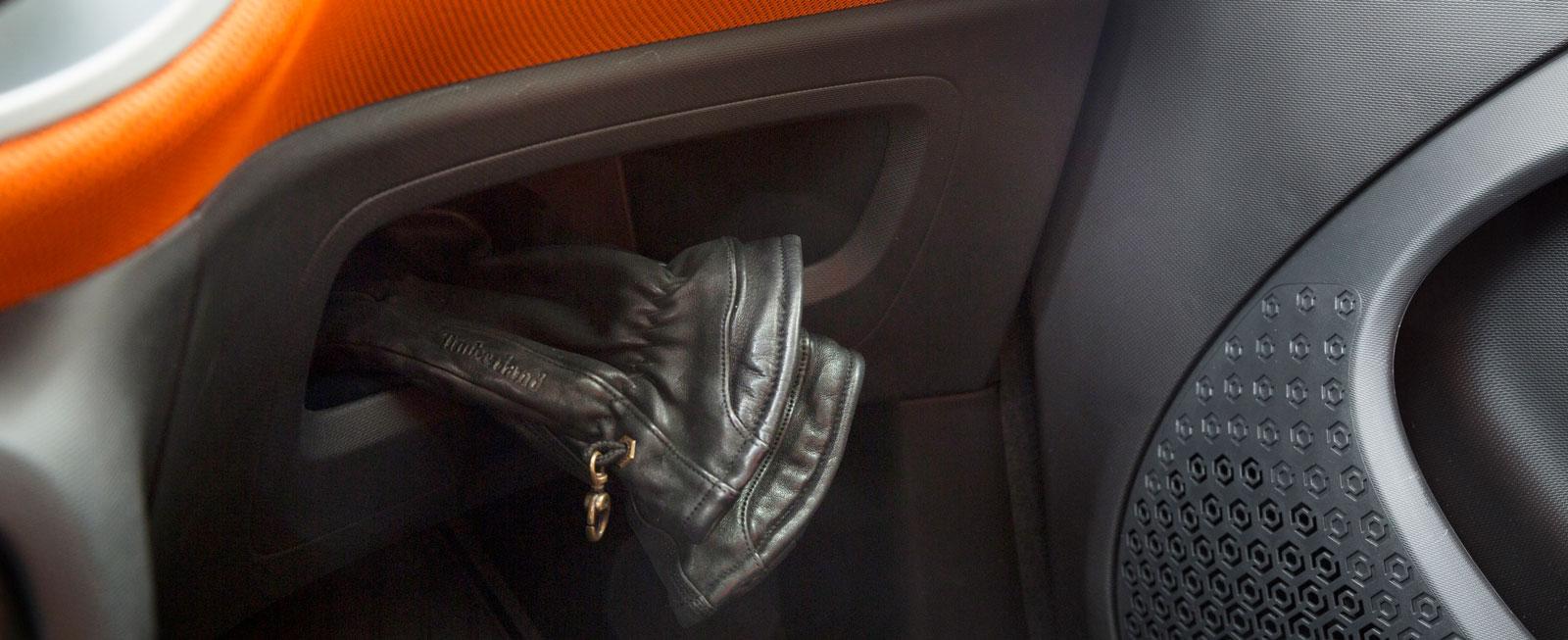 I handskfacket, som saknar lucka, ryms inte ens handskar. Kardborreband håller instruktionsboken på bagagemattan.