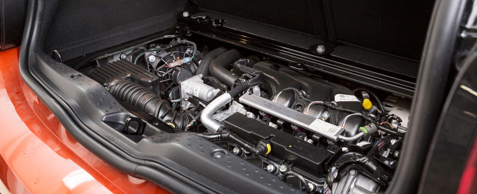 Motorn ligger bak med drivning på bakhjulen. Det ger bra framkomlighet men kräver ideliga ingrepp av ESP-systemet.