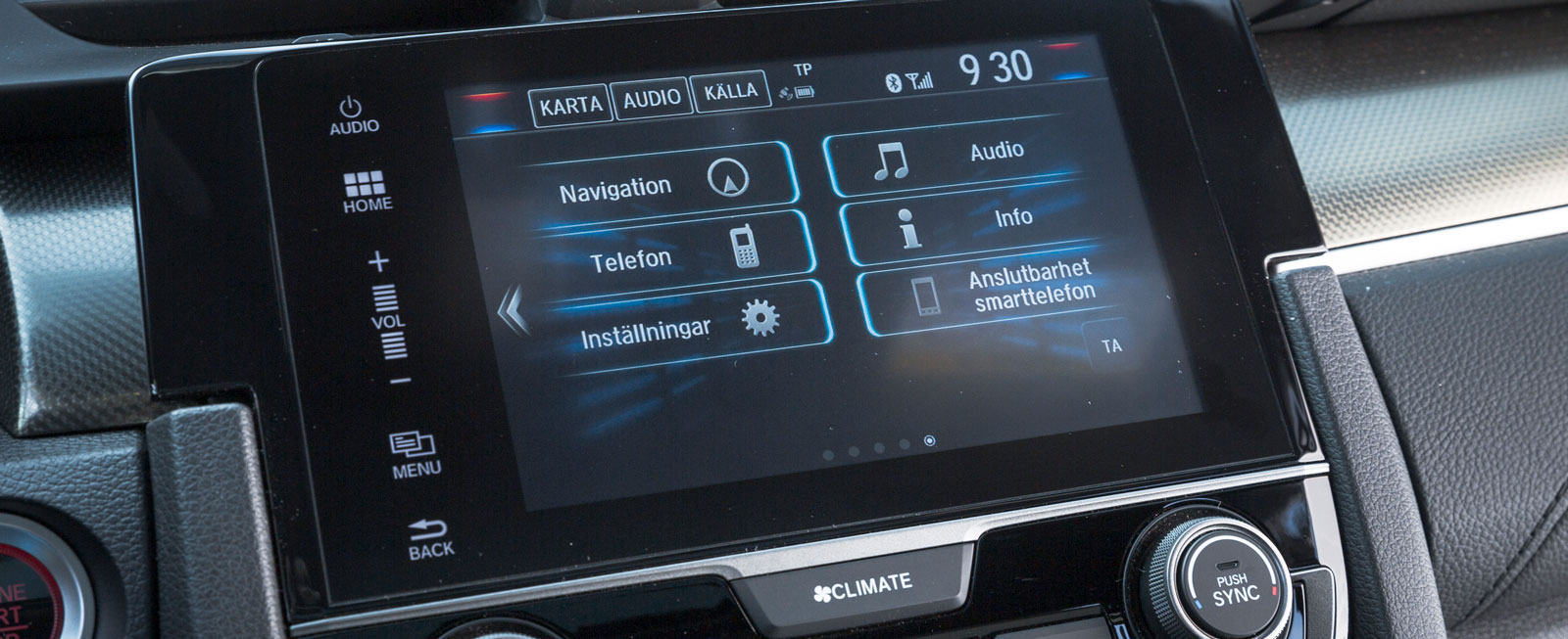 Hondas egenutvecklade system är ganska knepigt att förstå sig på och grafiken känns allt annat än modern. Reaktionstiden på de olika valen är dessutom lång.