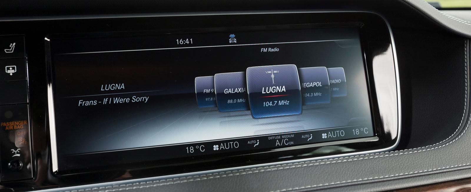 Mercedes är ensam om att sakna pekfunktion och menysystemet styrs enbart av vred och knappar på mittkonsolen. Det fungerar smidigt och grafiken är tydlig.