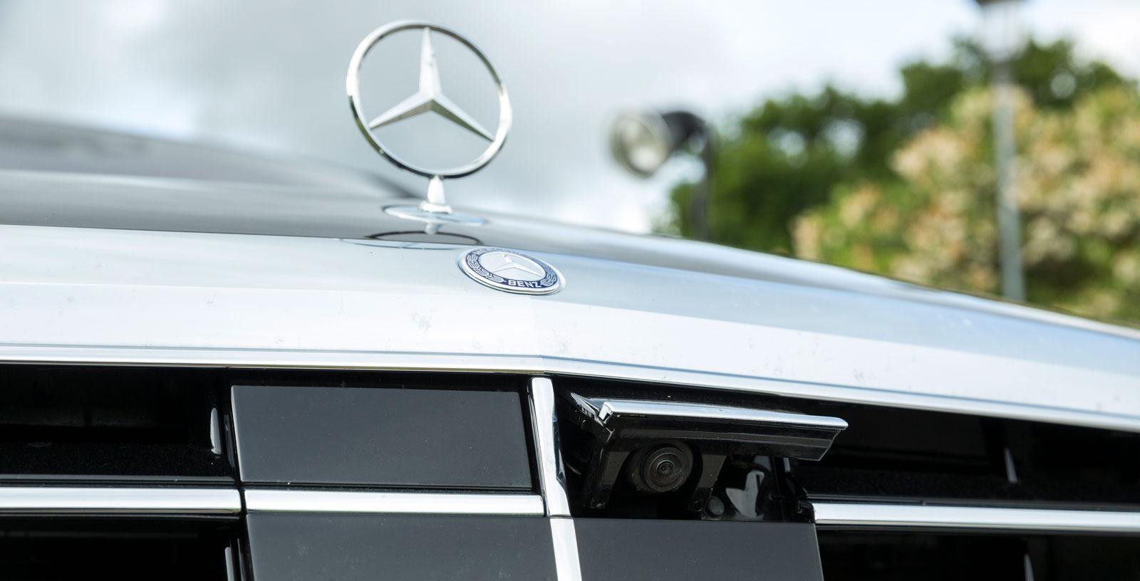Den främre parkeringskameran är dold bakom Mercedes-grillen och fälls ut vid behov.