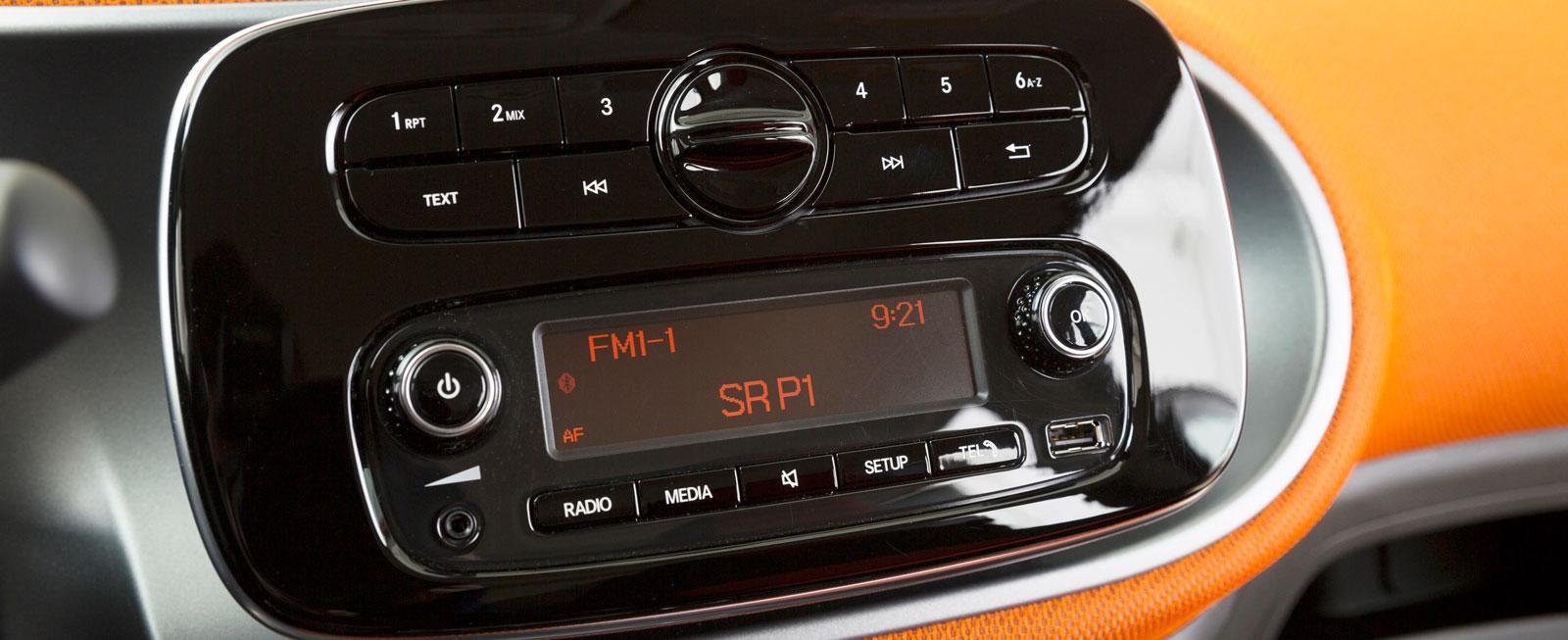 Smart är extrautrustad med ett klimat- och ljudpaket. Systemet är att likna vid en ljudanläggning med telefonuppkoppling och inte de mer avancerade systemen.