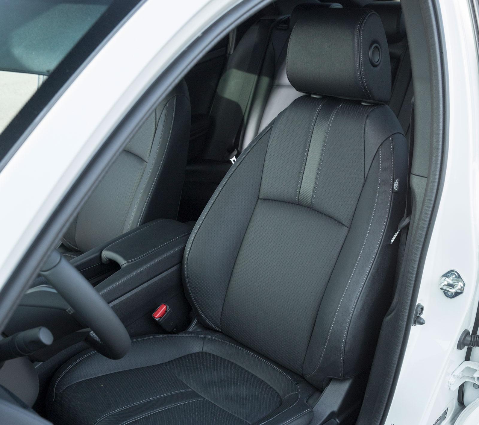 Sköna stolar delvis läderklädda. Sittpositionen är klart lägre än i Hyundai och Skoda.
