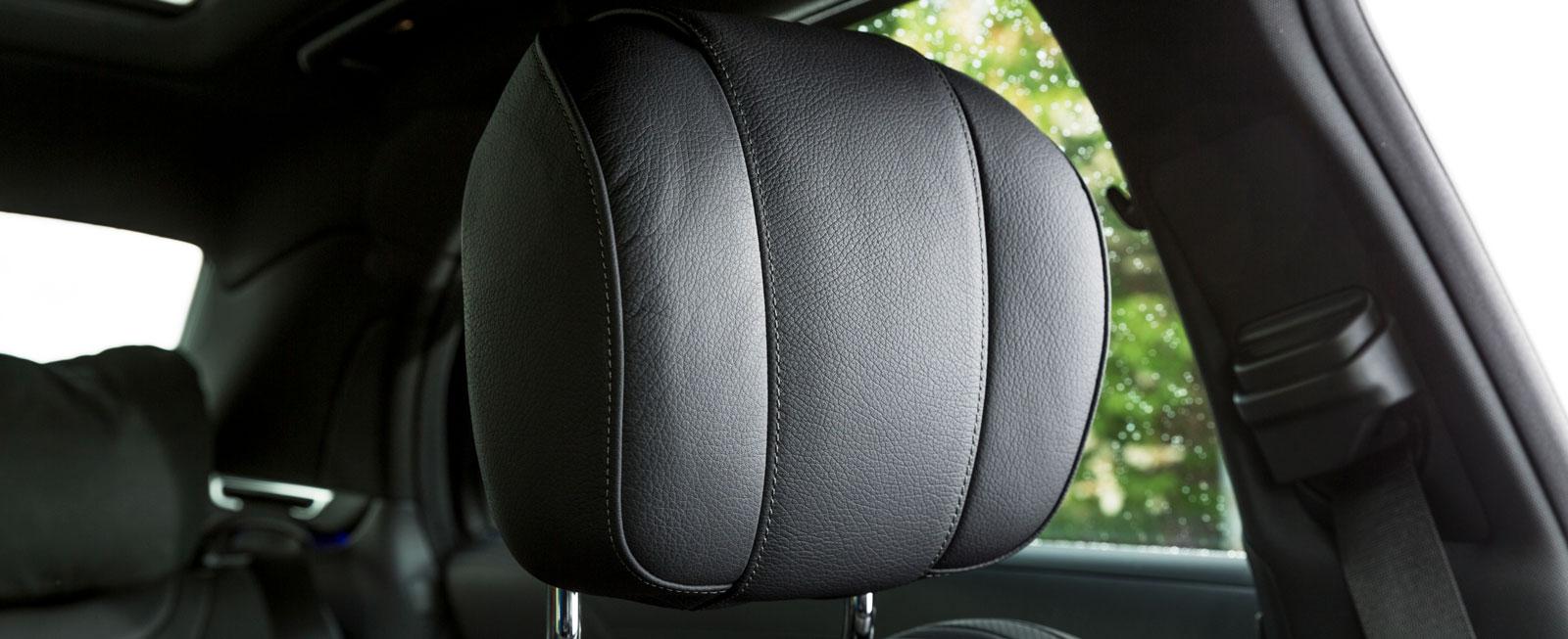 Nackstödet ställer in sig automatiskt efter förarens längd, beräknat efter stolens avstånd till ratt och pedaler, för att ge bästa möjliga skydd.