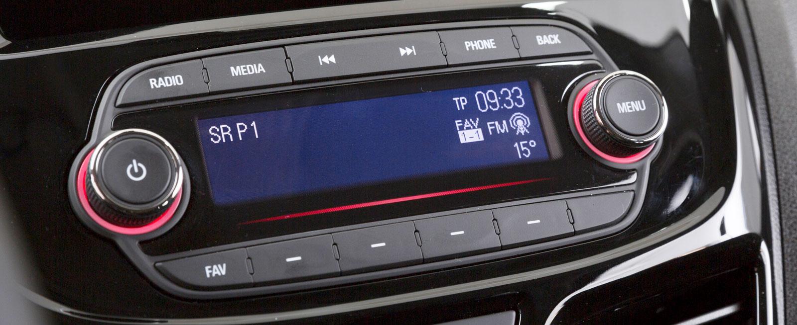 Testbilen var inte utrustad med intelliLink och 7-tumsskärm som är tillval (se mediefunktioner). Standard är en radio med blutooth och styrning med rattknappar.