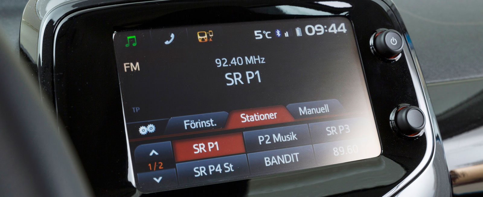 I Aygo X-Cite ingår X-touch, Toyotas nya multimediasystem. Det har en 7-tums touchskärm integrerad i panelen. MirrorLink, navigation och backkamera ingår.