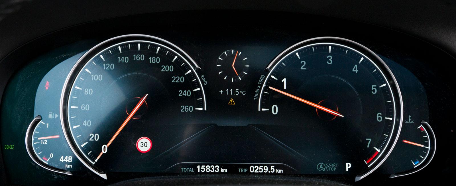 Den digitala mätartavlan byter vy beroende på körprogram. Aktuell hastighet och varvtalsiffra förstoras för extra tydlighet.