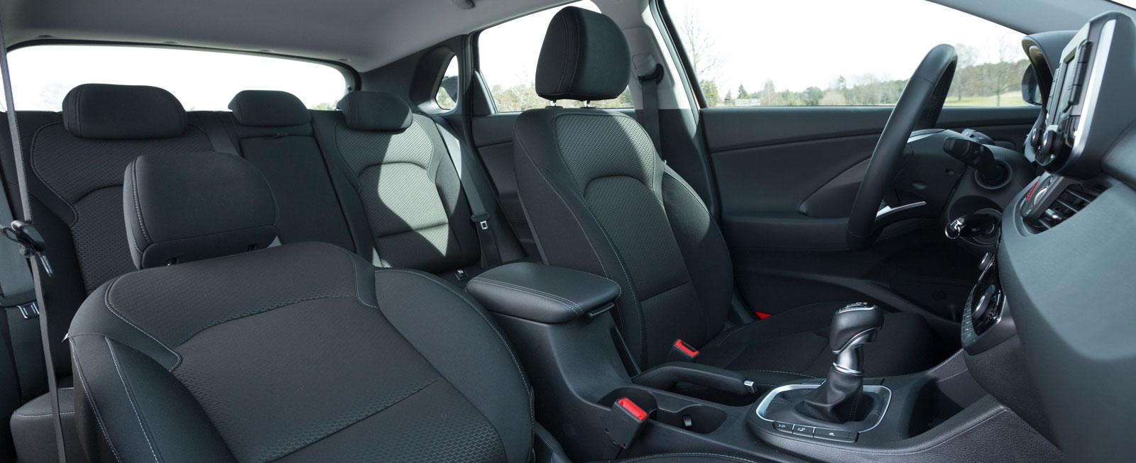 Hyundais kupémått är nästan kalkerade efter VW Golf och utrymmena är i praktiken likvärdiga – dock inte riktigt lika bra som i Civic eller Octavia. Att karossen är åtta centimeter längre än Golfs märks mest i bagageutrymmet, där vinner Hyundai.
