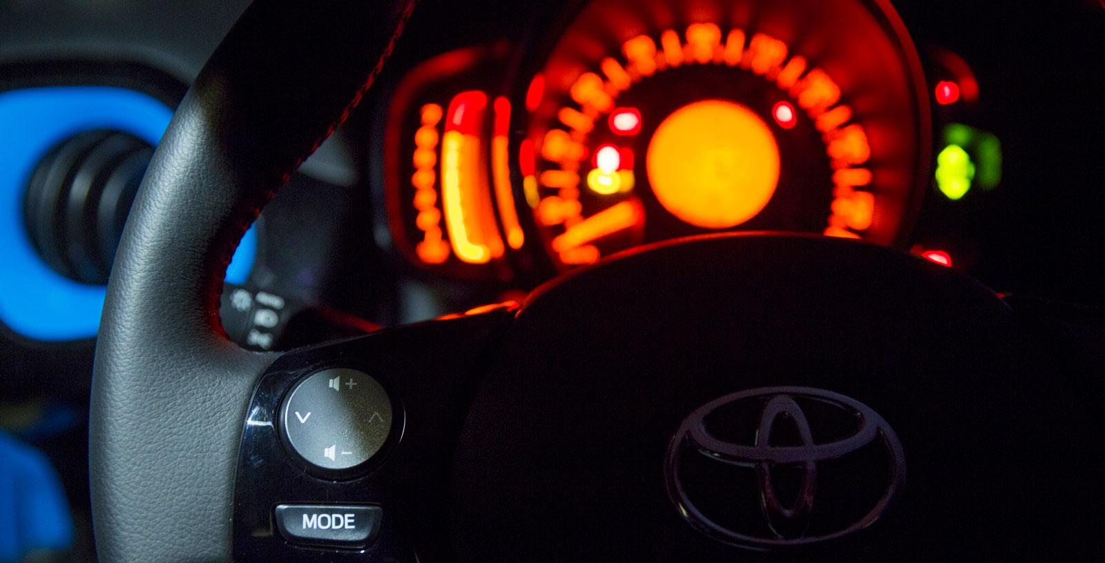 Nyckellöst system gör att man slipper skava knäet mot startnyckeln i Aygo. Mindre bra är att knappar och reglage på ratten inte är upplysta vid mörkerkörning. Det finns några knappar på vänster sida av ratten som man får känna sig fram till, bland annat strålkastarnas höjdreglering.