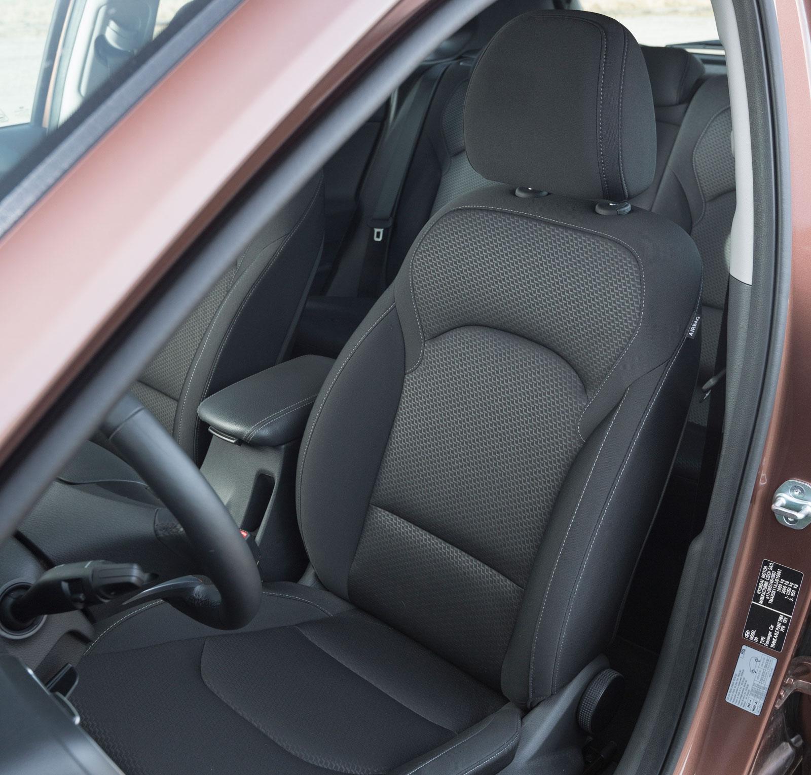 Bra och rejäla stolar också i Hyundai. Klädsel i välventilerad textil, blixtsnabb stolsvärme.
