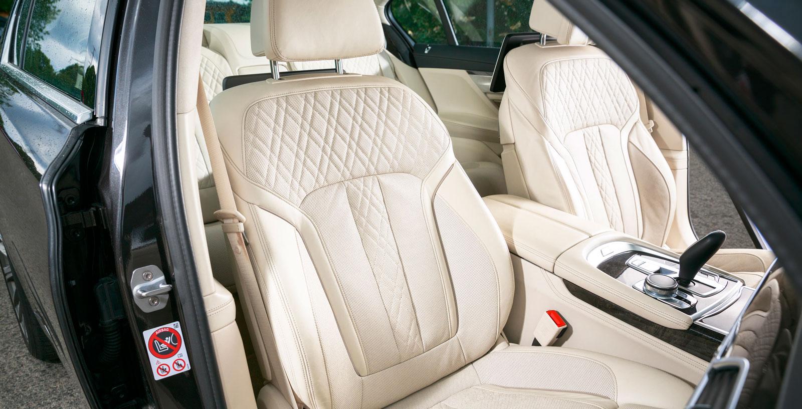 Testbilen var utrustad med ventilerade komfortstolar med massagefunktion för 21900 kronor samt nappaläder för 14500 kronor. Stoppningen är inte lika mjuk som i Mercedes, men BMW:s körställning är snäppet bättre.