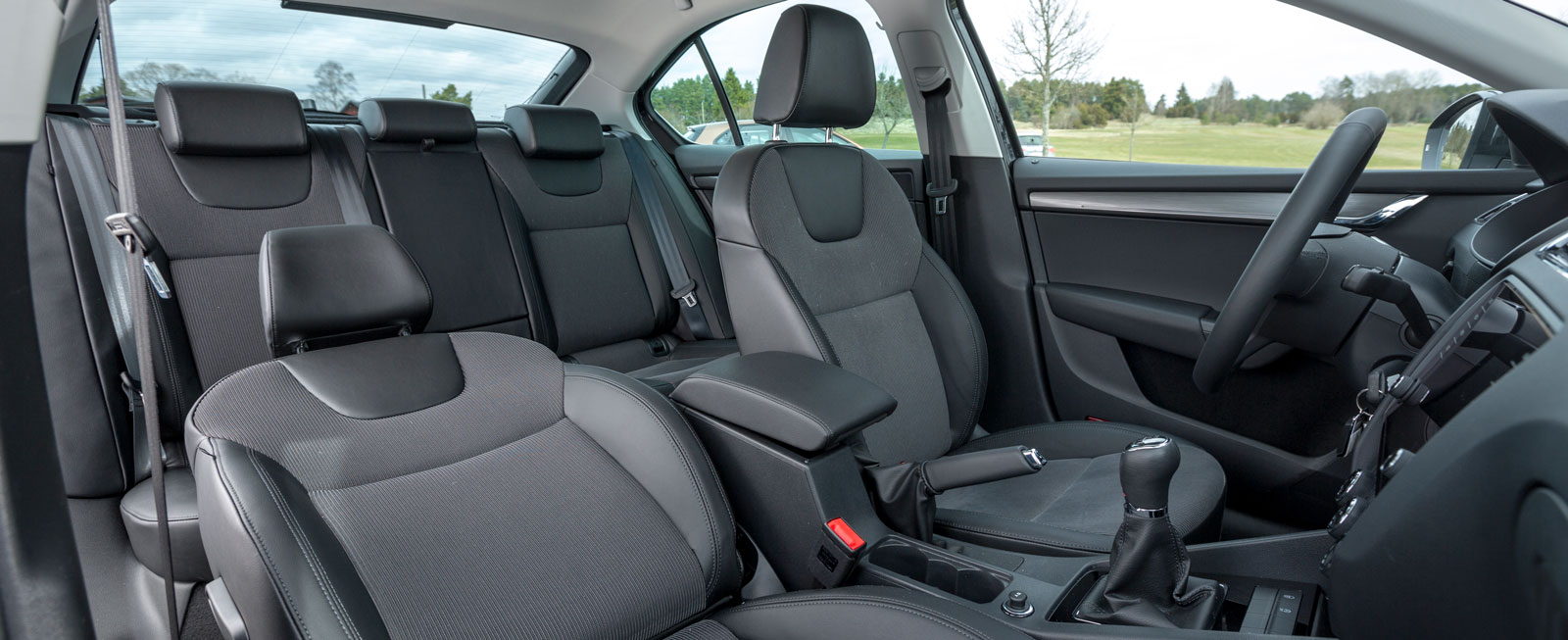 Skoda har klassens som helhet klart största kupé, särskilt ben- och fotutrymmet i Octavias baksäte förtjänar högsta betyg. Axelavståndet är tre centimeter större än för VW Golf. Takhöjden bak kan vara i minsta laget för riktigt långväxta.
