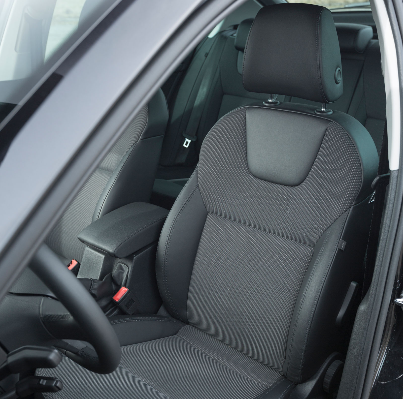 Stolarna är snarlika dem i Hyundai och ger gott stöd på långfärd. Rejäl skjutmån i längsled är en annan fördel.