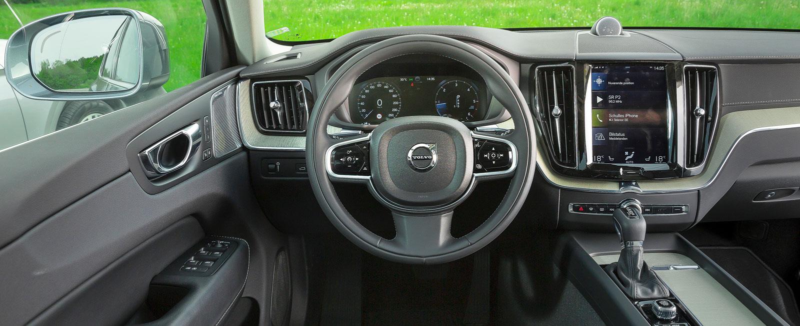 """XC60-miljön är snarlik den i XC90 men den kontrasterande """"träpanelen"""" har annan form. Bra finish, hög funktionalitet och flest trivselpoäng av förarna."""