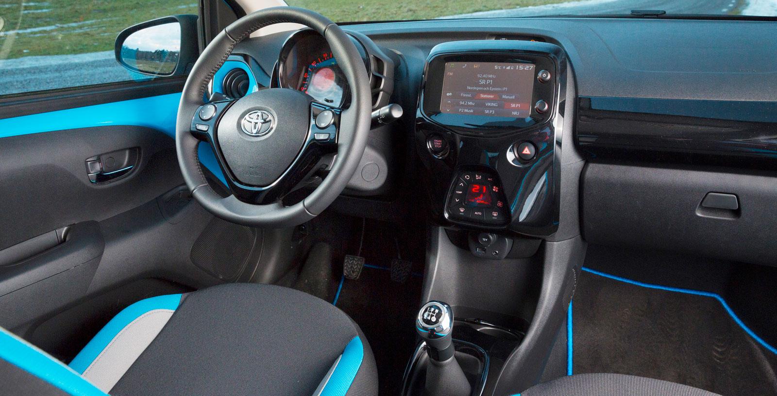 Toyota har också satt färg på inredningen. Testbilen hade blå detaljer på bland annat dörrar och säten. För övrigt snygg layout på förarplatsen.