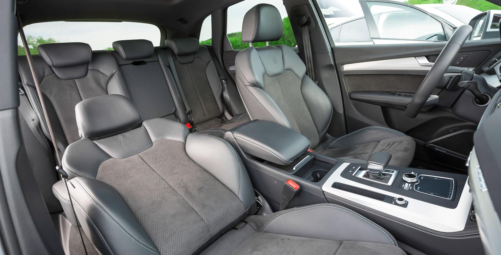 """Audi har något kortare axelavstånd än Mercedes och Volvo men erbjuder ändå verkligt bra utrymmen för de åkande. Förhållandevis bra """"normalsikt"""" utan spegelhjälp. Bagageutrymmet är också stort men inte riktigt lika rymligt som Volvos."""