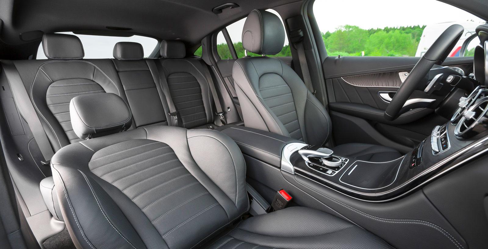 """På grund av bakpartiets utformning med låg takhöjd ger Mercedes betydligt trängre känsla totalt sett än Audi och Volvo. GLC """"SUV"""" är ett bättre val för den som söker större utrymmen. Bagagevolymen i """"Coupé"""" är minst i testet, men det finns ett stort stuvutrymme under golvet."""