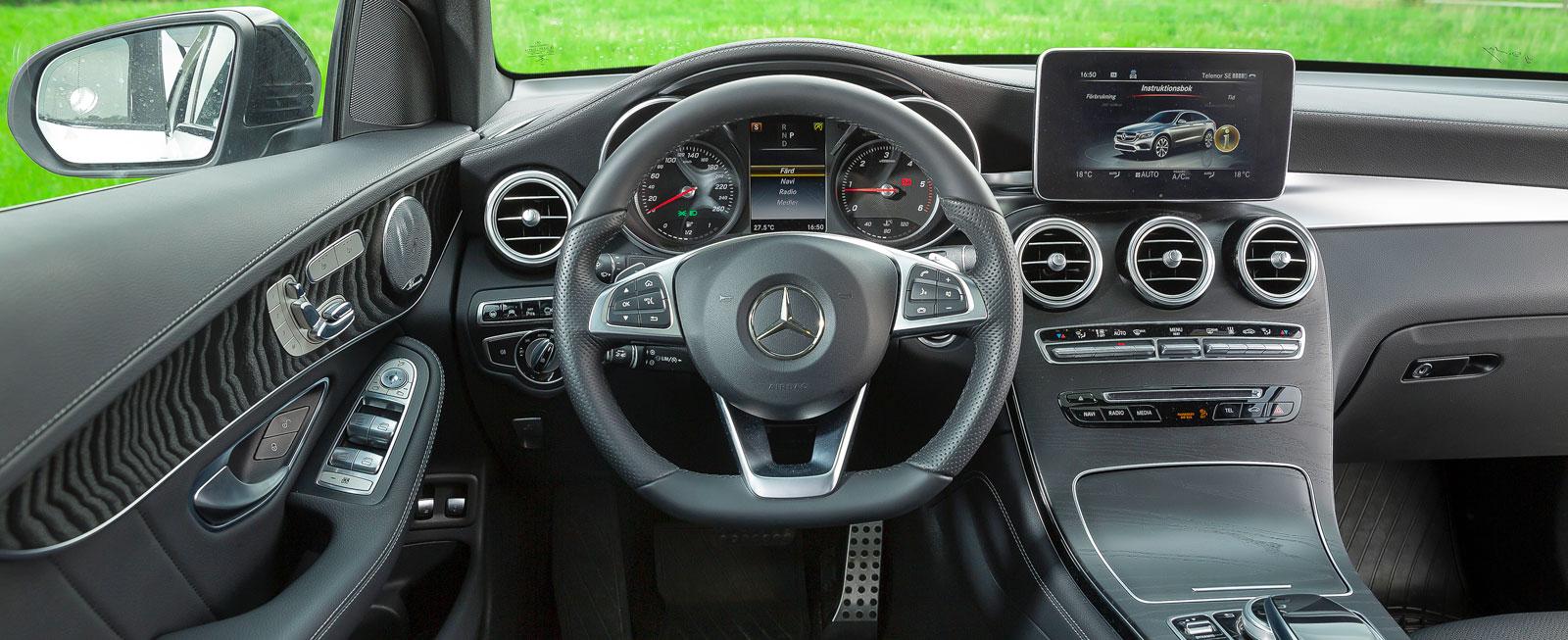 Stilen är bekant från flera Mercedes, handhavandet är mycket enkelt och även långbenta har gott om plats. Testbilens dörrpaneler knarrade oskönt.