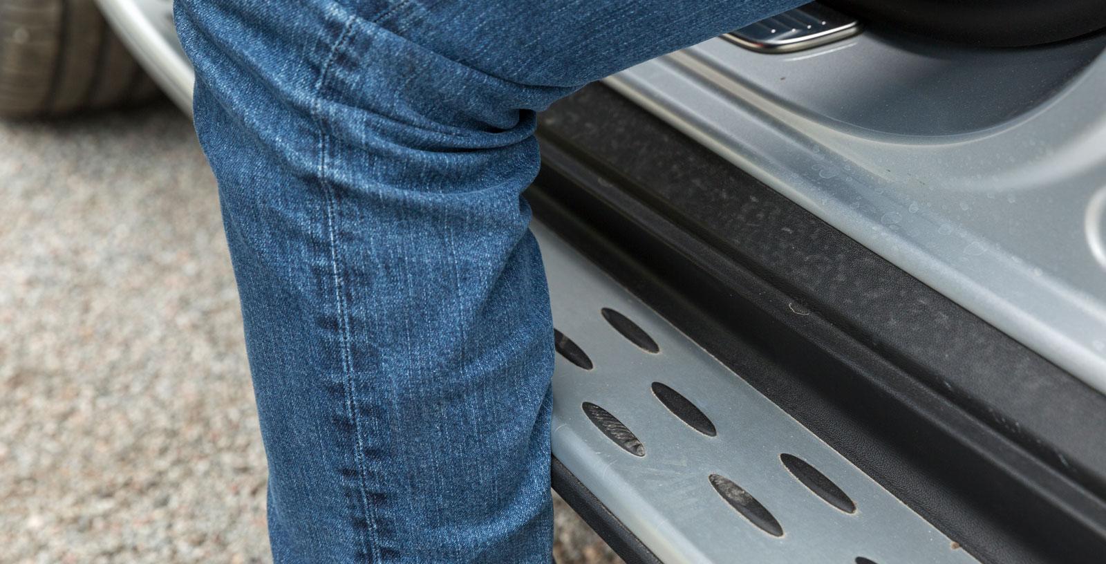 """""""Trösklar med gumminoppor"""" kostar 5400 kronor. Om inte annat är det ett osvikligt sätt att skaffa sig lortiga byxor."""