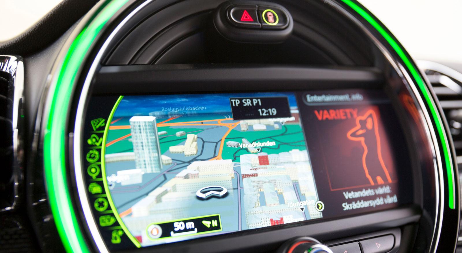 Testbilen var utrustad med Minis mest avancerade system. Grundfunktionerna känns igen från BMW och såväl grafik som användarvänlighet får höga betyg.
