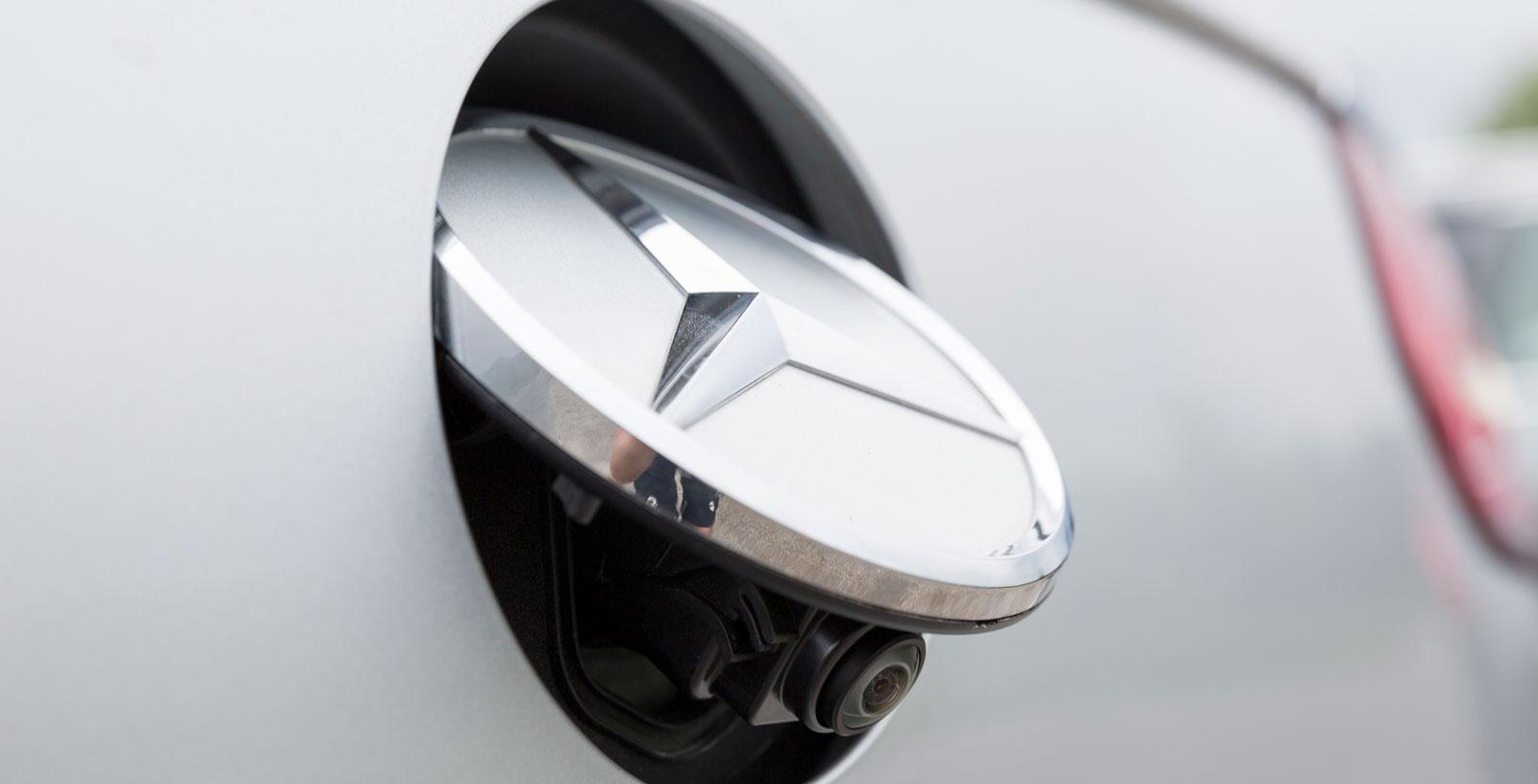 Det är fritt fram att sno saker som fungerar bra. Backningskameran är av en konstruktion som Volkswagen tidigare använt.