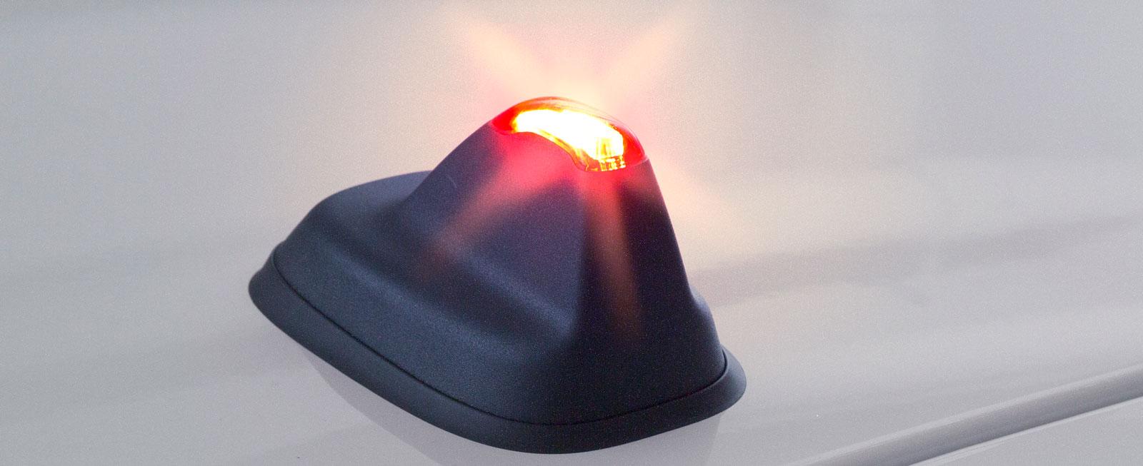 När larmet, tillval för 3300 kr, är aktiverat blinkar det rött i toppen på takets medie-antenn.