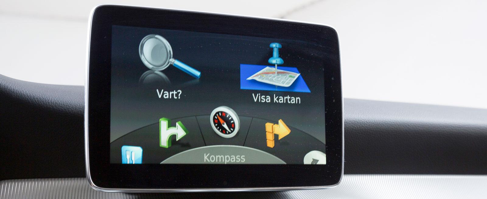 Mercedes grundsystem är både lättfattligt och lätthanterligt, men inte så innehållsrikt. I testbilen var systemet kompletterat med en navigator från Garmin (bilden).