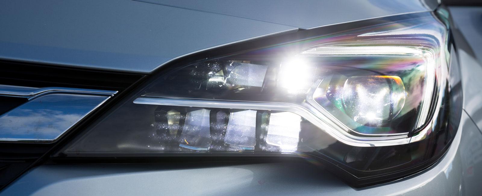 """LED-strålkastarna med automatiskt adaptiv helljusbild som """"skonar"""" mötande ger massivt sken och fungerar väldigt bra."""