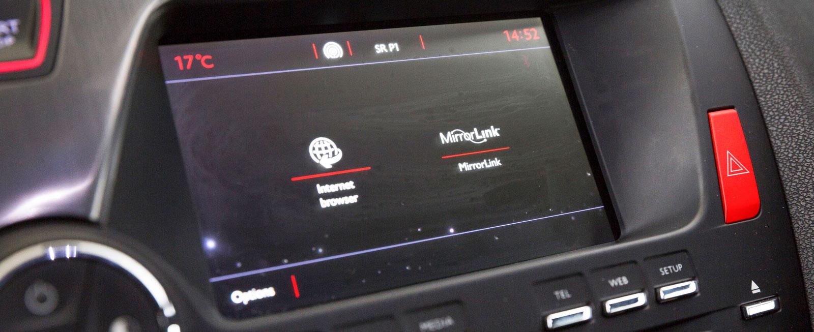 Huvudmenyerna väljs med knapparna under skärmen, sedan får man peka sig fram. Systemet är osmidigare att hantera och känns mer föråldrat än konkurrenternas.