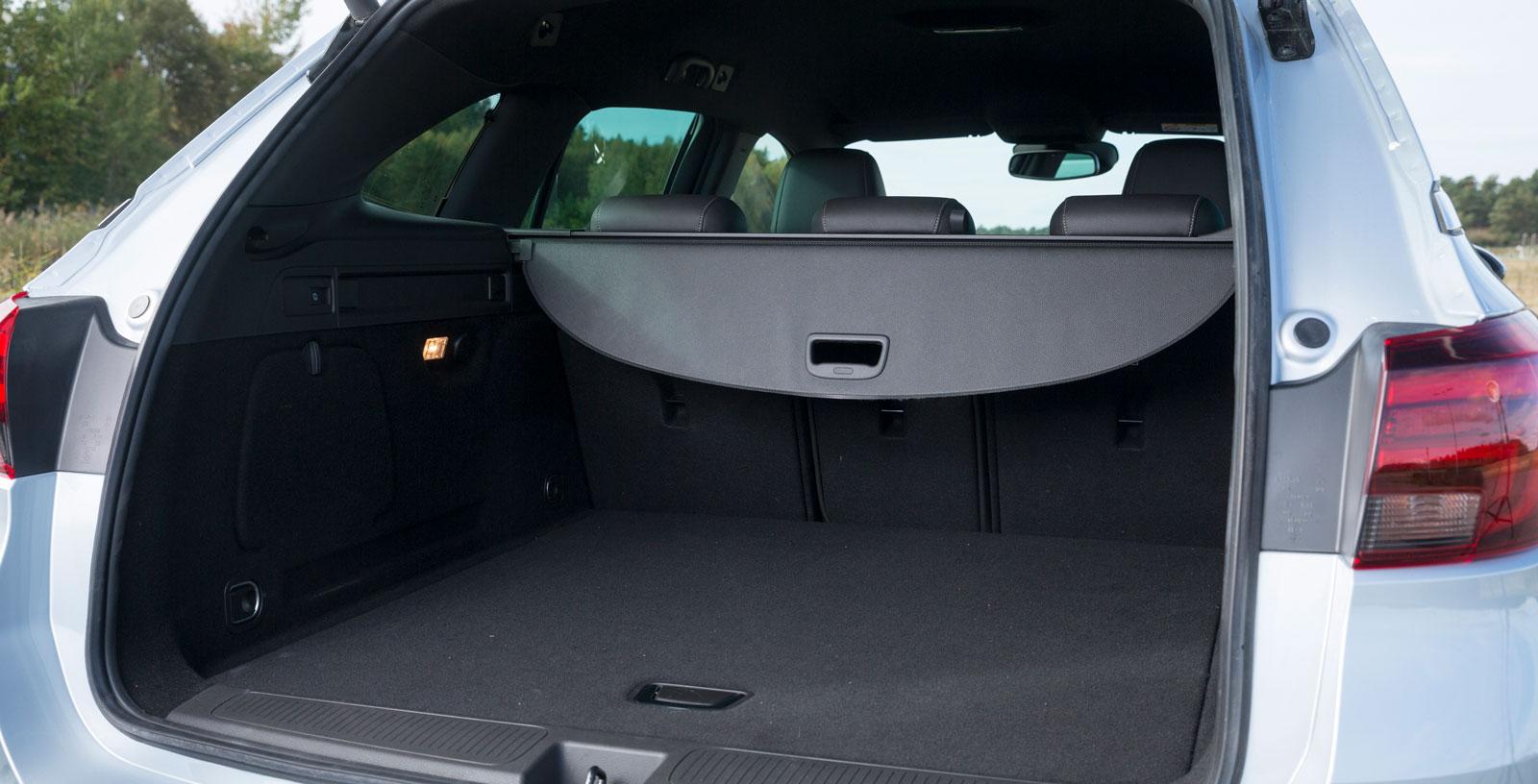Opel har testets klart största bagageutrymme i läskbackar mätt och även i VDA-volym. Utformningen är regelbunden, men utförandet är jämförelsevis enkelt. Inga sidofack eller fack under golvet, ganska lågt i tak under utdraget insynsskydd. Rejäla lastöglor, fjärrfällning av bakre ryggstöden.