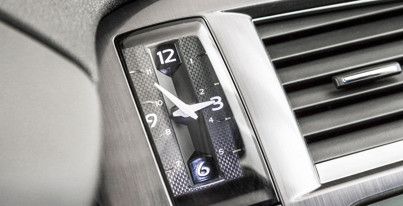 Klockan är både avlång och analog. Under den sitter startknappen – DS 5 har nyckelfritt lås-/startsystem som standard.