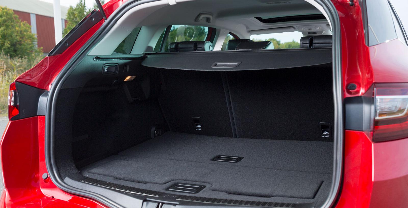 Låg lasttröskel till Meganes bagageutrymme – ett klart plus. Bra bredd bakom hjulhusen men totalvolymen mätt i läskbrackar är sämst i testet. Fjärrfällning av ryggstöden. Luckan närmast kameran döljer en lasthållare vars praktiska värde vi inte riktigt begriper. Lätthanterligt insynsskydd.