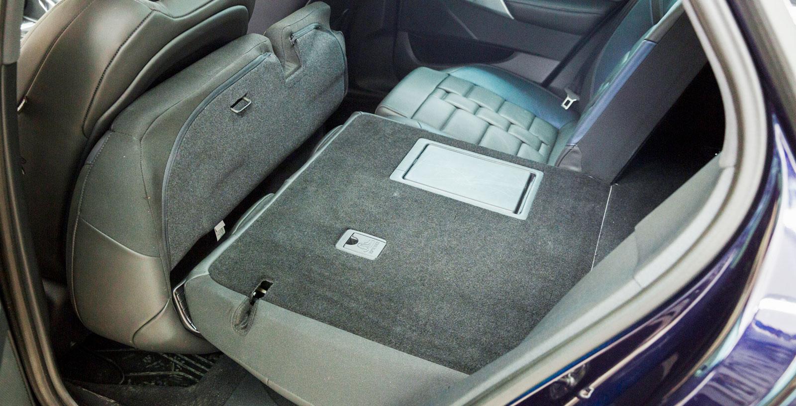 Både sittdyna och ryggstöd kan fällas när det behövs extra plats för bagage. Då blir lastgolvet helt slätt.