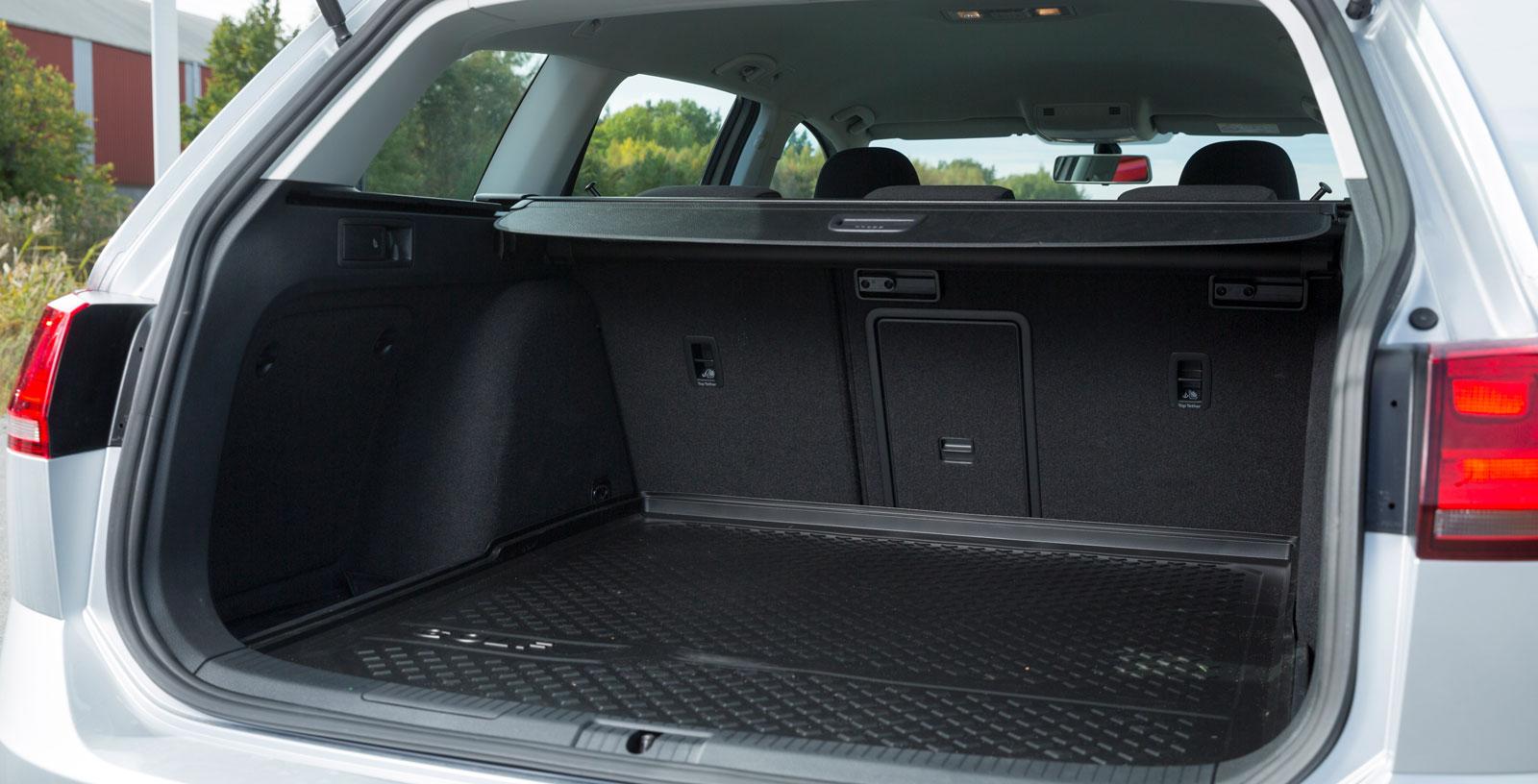 Lastutrymmet i Golf är nästan lika generöst som i Astra och har regelbunden utformning. Dessutom finns fler praktiska fack än i Opel. Extramattan är väldigt hal. Ryggstöden kan fjärrfällas (60/40-delning) och lastgolvet blir då helt plant. Insynsskyddet fälls enkelt undan när man trycker på det.