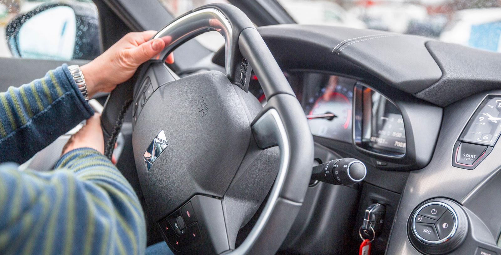 Testets mest avhuggna ratt må se tuff ut. Men finessen ställer till problem när stora rattrörelser krävs; exempelvis i p-manövrer.