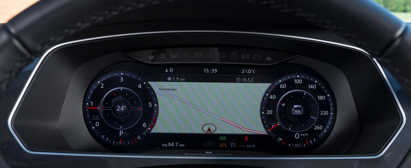 I Tiguan kan man mot tillägg få den suveräna möjligheten att få en bra bit av navigatorns kartbild mellan mätarna. Inget nytt för VW men attans bra när man letar efter rätt väg.