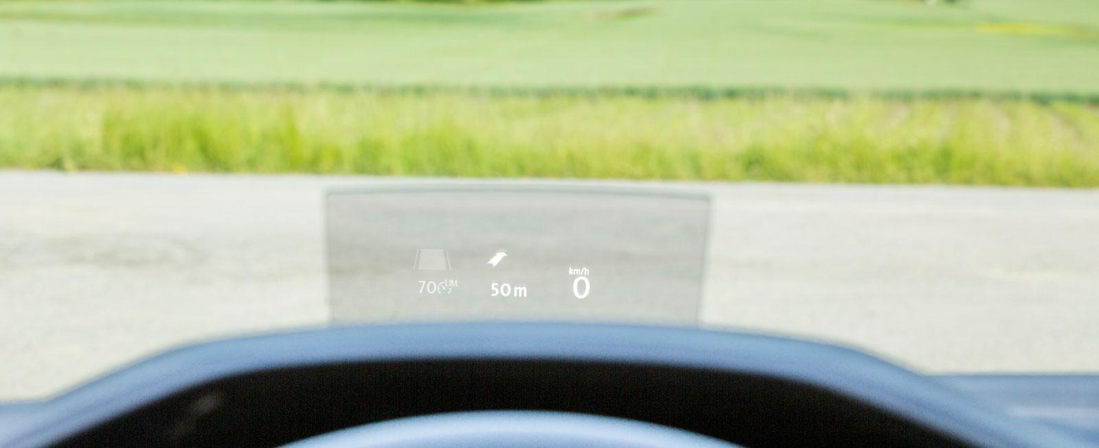 Via en glasskiva med justerbar vinkel kan man få bland annat navigationsanvisningar projicerade framför nosen (à 5300 kr).