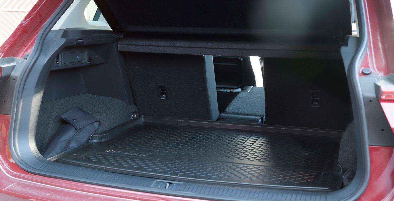 Bagageutrymmet är bra utformat med genomlastningslucka. Lastförskjutningsskydd går att montera. Störst fri höjd under bakluckan är ett plus i kanten för långa personer som annars riskerar att slå i huvudet om man inte är uppmärksam vid lastning.