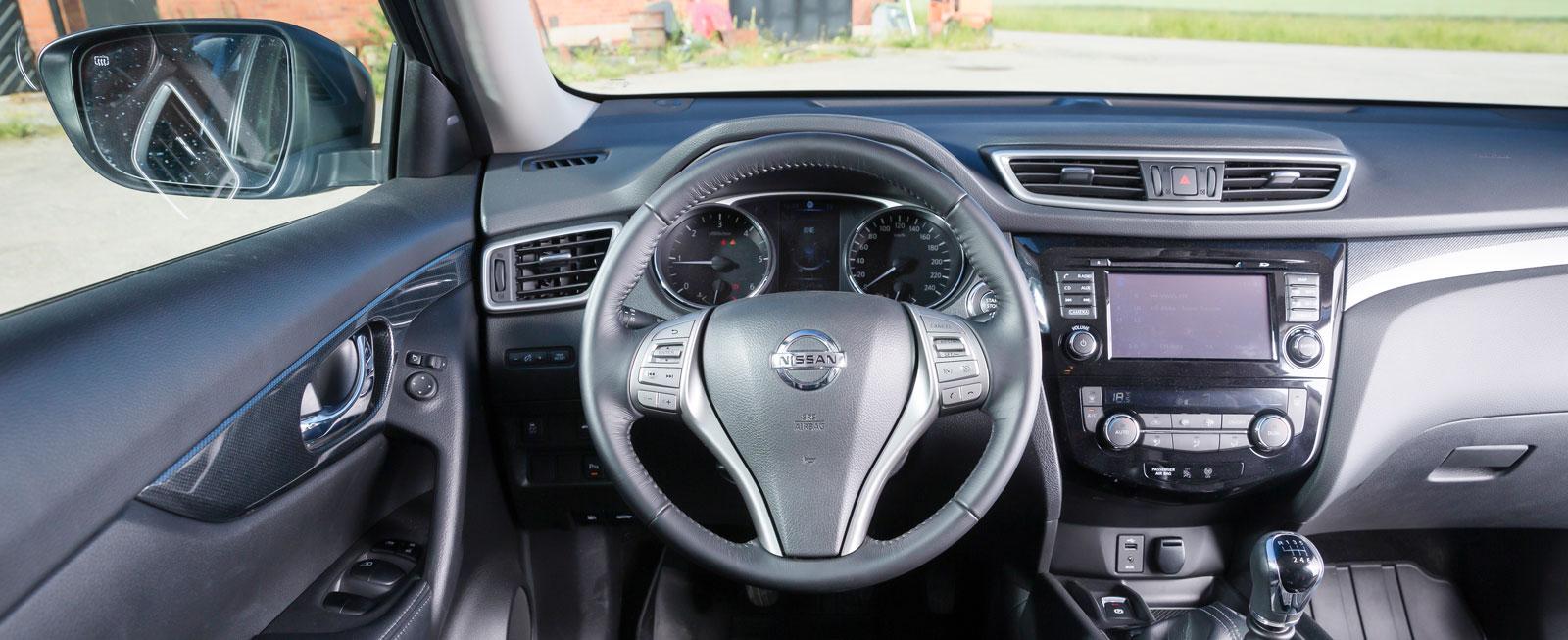 Nissan X-Trail är bitvis plastig i inredningen men bjuder på generösa utrymmen. Stolsdynan är aningen platt vilket tröttar långbenta förare.